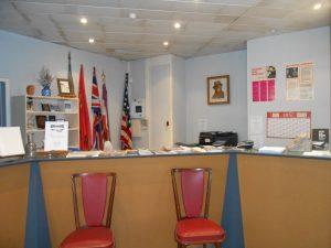 Hall d'entrée: on distingue les drapeaux alliés, les portraits de Jean MOULIN et du Général DE GAULLE